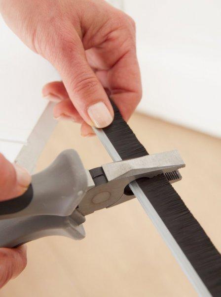 Kartáčová ALU lišta pod dveře, pro nerovné podlahy, zasunovatelná, bílá, 1m x 1,5mm