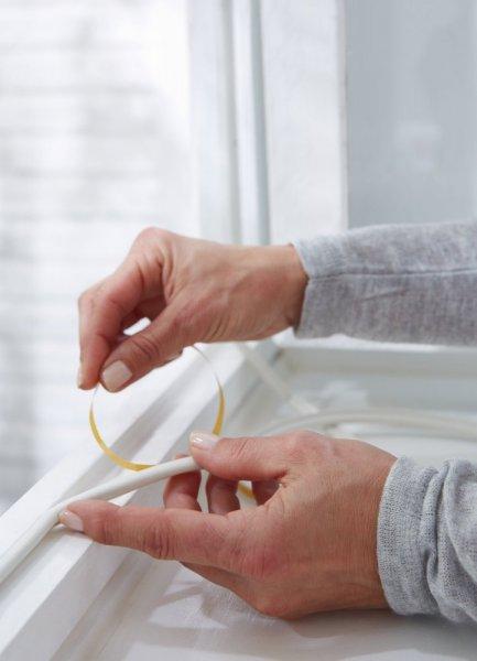 Gumové těsnění, bílé, na okna a dveře, E profil, buben 100m